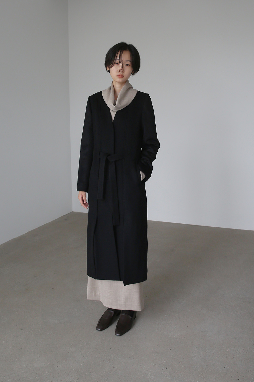 BELTED SLIT COLLARLESS COAT (BLACK)